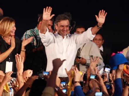 Aécio quando eleito presidente do PSDB, em maio de 2013: mais uma análise minuciosa mostra que as chances de o senador ser eleito não só existem, mas são grandes (Foto: O Globo)