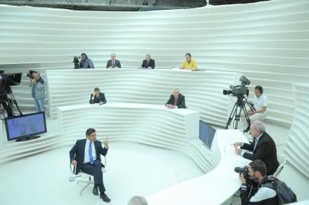 Aécio dirigindo-se ao jornalista Fernando Mitre:     (Foto: TV Cultura)