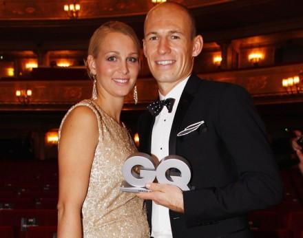"""Com a mulher, Bernardien, recebendo um prêmio da revista """"GQ"""": o empresário Robben tem interesse até em perfumes e lanchonetes (Foto: ligastars.com)"""