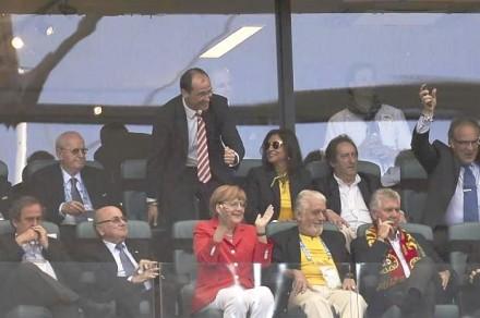 Merkel com Platini (primeiro à esq.), Blatter e Jaques Wagner (camisa da Seleção): se não teme vaias, por que Dilma não foi? (Foto: Fabrice Coffrini/AFP)