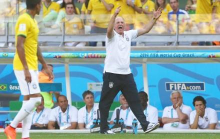 Felipão furioso na área técnica durante o Brasil x Chile. Em primeiro plano, Luís Gustavo (Foto: EFE)