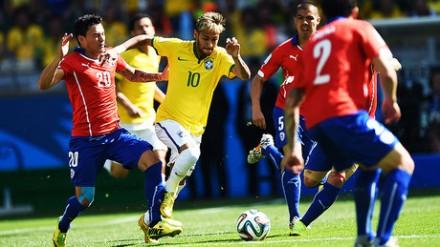Neymar cercado de chillenos: Seleção não conseguiu jogar no segundo tempo (Foto: Ivan Pacheco/VEJA.com)