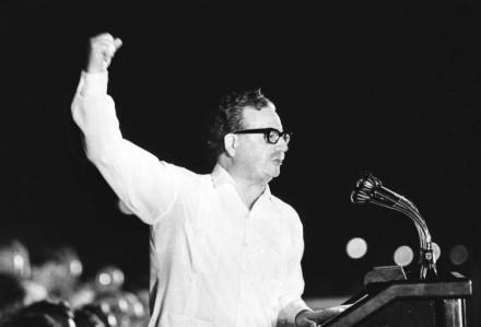 Salvador Allende durante a campanha eleitoral, em 1970: vitória por maioria relativa levou a difíceis negociações com a Democracia Cristã para que fosse confirmado pelo Congresso (Foto: japroductions.com)