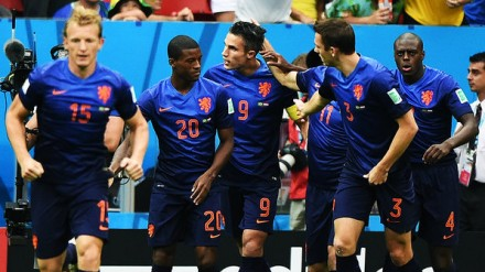Jogadores da Holanda comemoram o primeiro gol do time, feito por Van Persie (9) em cobrança de pênalti (Foto: Ivan Pacheco/VEJA.com)
