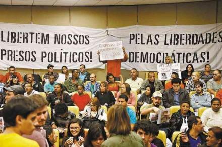 """É um espanto que juristas invistam contra o Judiciário e a polícia por causa da prisão de baderneiros violentos. É um INSULTO aos democratas brasileiros que arruaceiros acusados de crimes sejam considerados """"presos políticos""""!"""