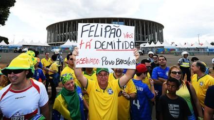 A torcida diz o que quer de Felipão, fora do Estádio Nacional Mané Garrincha: já a CBF cogita até de mantê-lo (Foto: Ivan Pacheco/VEJA.com)