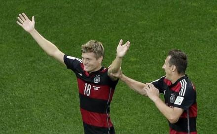 O alemão Kroos comemora um de seus gols (Foto: Felipe Dana/Associated Press)