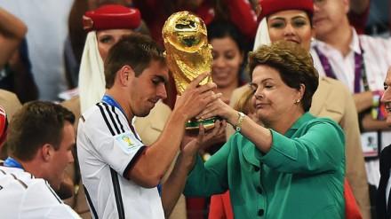 Dilma entrega correndo a Taça FIFA para o lateral Lahm, capitão da Alemanha (Foto: Ivan Pacheco/VEJA.com)
