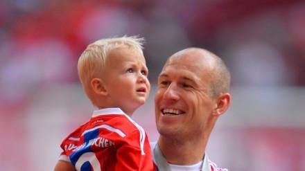 Robben celebra com o filho caçula, Kai, vitória do Bayern contra o Stuttgart, em maio (Foto: Getty Images)