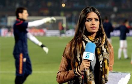 Sara Carbonero cobre jogo do marido pela seleção na Copa de 2010 (Foto: A. Estévez - Efe)