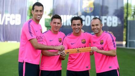 Xavi (segundo à direita), novo capitão do Barça, com os substitutos Busquets, Messi e Iniesta: escolhidos por eleição com voto secreto, acumulam 48 anos e quase 2 mil jogos pelo clube (Foto: Miguel Ruiz - FC Barcelona)