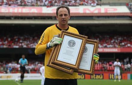 Rogério Ceni, a gloriosa exceção, recebe em abril certificados do Guinness Book por três recordes, incluindo o de maior número de vezes capitão por um  mesmo clube (866, até novembro de 2013) - Foto: Rubens Chiri - São Paulo Futebol Clube)