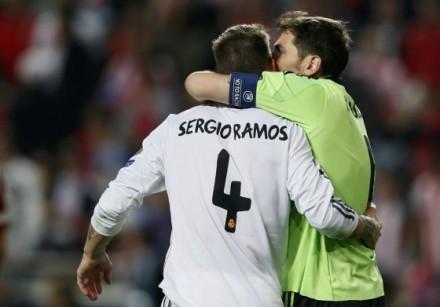 Casillas beijando Ramos após o empate na final da Champions: ufa... (Foto: Stefan Wermuth - Reuters)