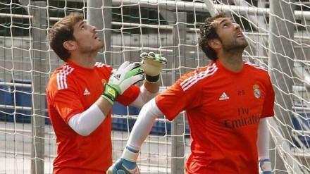 Com Diego López, o preferido de José Mourinho (Foto: Efe)