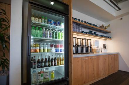 Os visitantes são recepcionados com diversas opções de comes e bebes (Foto: Robert Johnson/Business Insider)