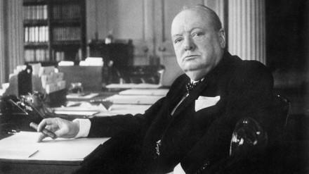 """""""Sir"""" Winston Churchill, o """"buldogue inglês"""", em seu gabinete no número 10 da Downing Street, em Londres, em plena II Guerra -- em 1940. A foto é do legendário Cecil Beaton"""