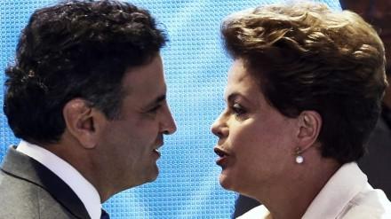 Aécio e Dilma se cumprimentam antes do debate da Globo, o último do primeiro turno: agora, queremos saber quem vocês acham que vai vencer o segundo e definitivo (Foto: Miguel Schincariol)