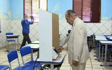 Sarney votando em Macapá no segundo turno, dia 5, domingo: o vídeo praticamente confirma que ele escolheu... Aécio (Foto: Reprodução TV Globo)