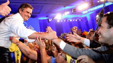 Aécio aclamado ao ser eleito presidente do PSDB, em       (Foto: Gazeta do Povo)