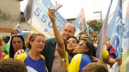 Maia em campanha em São João do Meriti, na Baixada Fluminente (Foto: Folhapress)