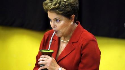 Gaúcha por adoção, a mineira Dilma toma um chimarrão depois de votar em Porto Alegre (Foto: Paulo Whitaker/Reuters)