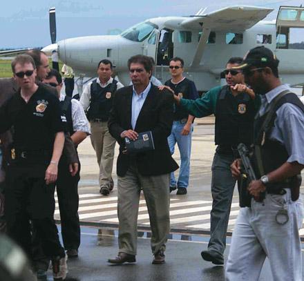 O ex-senador Jader Barbalho algemado e cercado por policiais federais, após ser preso por ordem da Justiça Federal do Tocantins, em 2002
