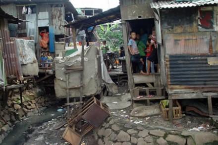 A favela do Coroadinho, a maior do Nordeste, que envergonha o Maranhão: mais de 60 mil habitantes vivendo em condições sub-humanas em São Luís -- e São Luís não está no ranking dos municípios campeões em receber Bolsa Família (Foto: Diário do Nordeste)