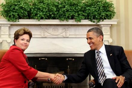 Dilma com Obama na Casa Branca: a verdade é que o presidente americano pode até se preocupar com os rumos do governo lulopetista, mas querer que se imiscua em assuntos internos do país é voltar a uma submissão que ficou para trás (Foto: planalto.gov.br)