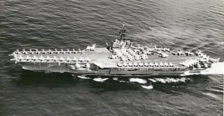 """O porta-aviões """"USS Forrestal"""", nau-capitânea da força-tarefa naval enviada pelos EUA ao Brasil nas proximidades do golpe de 1964 -- que deu meia-volta porque o governo Jango já fora derrubado (Foto: US Navy)"""