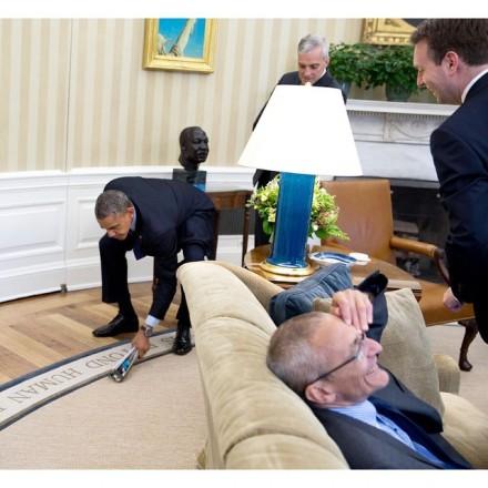 Obama pega a mosca, e os assessores caem na risada (Foto: Pete Souza)