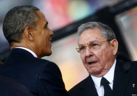 Obama troca um aperto de mãos com o ditador cubano Raúl Castro durante os funerais do grande estadista sul-africano Nelson Mandela, em dezembro de 2013: (Foto: Reuters)