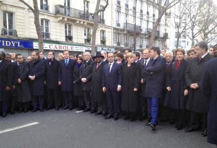 As autoridades que marcharam: o sexto da esquerda para a direita é Mariano Rajoy, chefe de governo da Espanha, vindo a seguir David Cameron, primeiro-miistro do Reino Unido; ao centro, de terno azul, sem abrigo, o presidente francês, François Hollande, tendo ao lado a chanceler alemã Angela Merkel; num segundo plano, da esquerda para a direita, o quarto, de cabelos brancos, é o muçulmano Mohammed Abbas, presidente da Autoridade Palestina (Foto: gouvernement.fr/Fotos Públicas)
