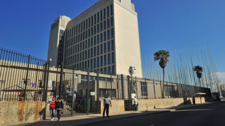 """O edifício onde funciona a """"seção de interesses norte-americanos"""" da embaixada suíça em Havana fica exatamente onde estava a representação dos EUA antes da ruptura de relações com Havana, em 1961 (Foto: Getty Images)"""