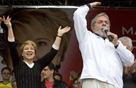 """Marta sorri em êxtase para seu """"Deus"""", em comício de sua campanha para o Senado, em 2010: romper com o PT e com o governo Dilma e ficar amiguinha de Lula não vale (Foto: Estadão Conteúdo)"""