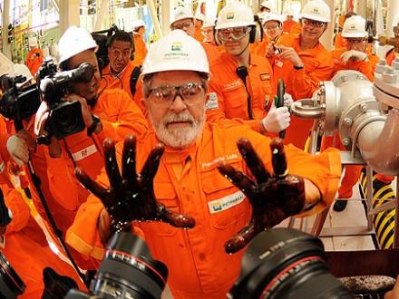 Em outubro de 2010, uma das famosas fotos de Lula com as mãos untdas com o petróleo que começava a ser retirado da camada pré-sal: baixos preços no mercado internacional pode tornar a exploração antieconômica (Foto: Agência Petrobras)