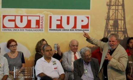 """Lula falando no ato """"em defesa da Petrobras"""" no Rio: lá pelas tantas, no afã de criticar os adversários, desvalorizou seus próprios feitos (Foto: Domingos Peixoto/Agência O Globo)"""