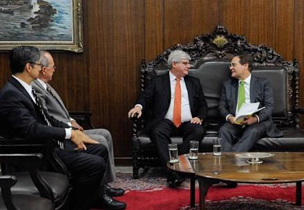 Janot (gravata vermelha) visitando Renan no Senado em setembro: agora a história é outra (Foto: Jane Araújo/Agência Senado)