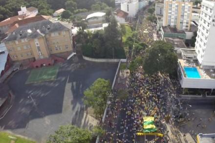 Manifestação em Blumenau (SC) (Foto: Kako Waldrich/Diário Catarinense)
