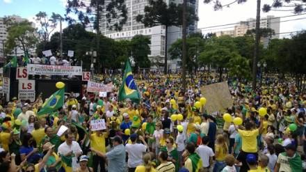 CURITIBA:100 mil pessoas protestaram, saindo da concentração na Praça Santos Andrade, no centro (Foto: Aniele Nascimento/Gazeta do Povo)