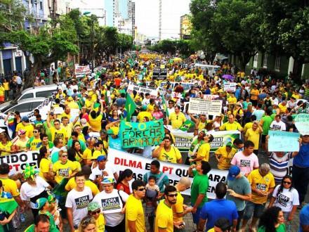 MANAUS: Outra multidão que não suporta mais o que acontece no país (Foto: Edmar Barros/Futurapress)