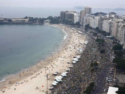 RIO DE JANEIRO: Enorme multidão ocupa a orla (Foto: Ricardo Moraes/Reuters)
