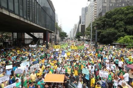 Às 14h40, a Polícia Militar estimava em 240 mil pessoas protestando na Avenida Paulista -- e continuava chegando gente (Foto: Daniel Teixeira/Estadão)