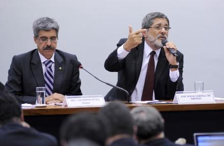 """Gabrielli fala à CPI do petrolão, tendo ao lado o relator-""""garçom"""" do PT, deputado Luiz Sérgio (PT): tese absurda (Foto: Laycer Tomaz/Agência Câmara)"""